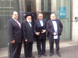 NIK Secr-gen. Ruben Vis, Chief Rabbi Rav Binyomin Jacobs, NIK President Jacob Hartog holding the signed covenant and Amsterdam Orthodox Jewish community President Ron Eisenmann after the signing of the covenant in the Parliamentary buildings in The Hague, June 5 2012